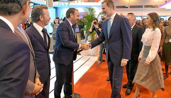 Spaniens König Felipe VI. und Ehefrau Letizia begrüßen den Geschäftsführer der großen spanischen Hotelkette Meliá, Gabriel Escar