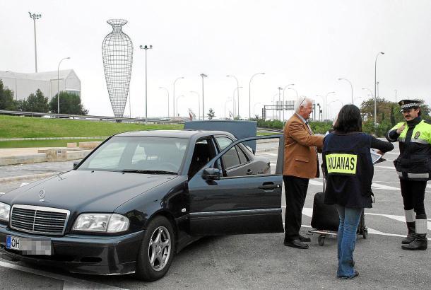 Razzia am Flughafen: Jahrelang gab es immer wieder Kontrollen von Zoll und Polizei. Im Visier: Autos mit ausländischen Kennzeich