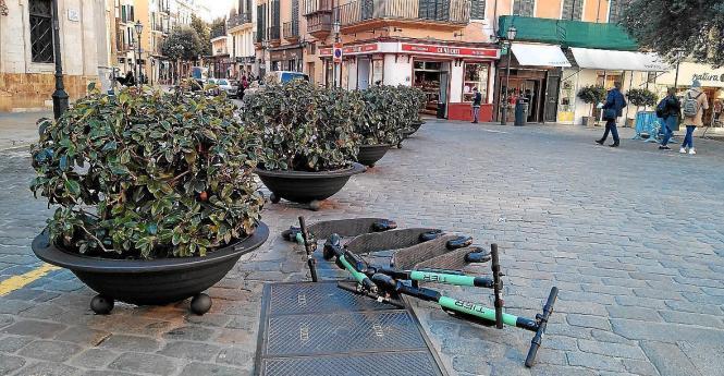 So wie an der Plaça Cort sollen die Leihroller nicht abgestellt werden.