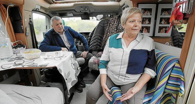 Luis Jarque und Francisca Gómez haben ihr Lager seit zwei Wochen vorm Krankenhaus in Palma aufgeschlagen, um einem Verwandten be