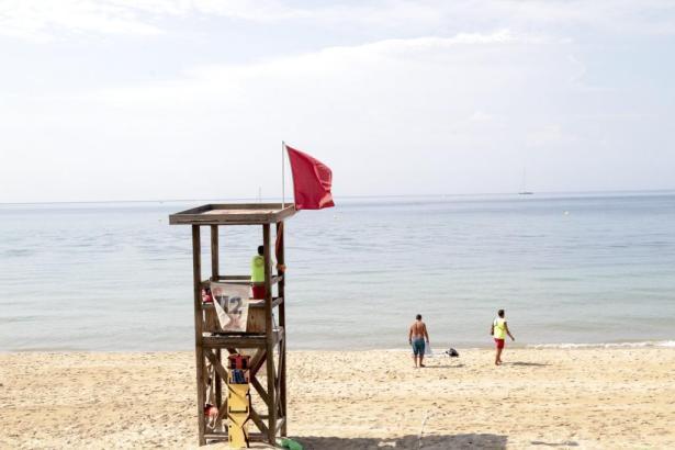 Auch im vergangenen Sommer wehte regelmäßig die rote Flagge an Palmas Stadtstränden.