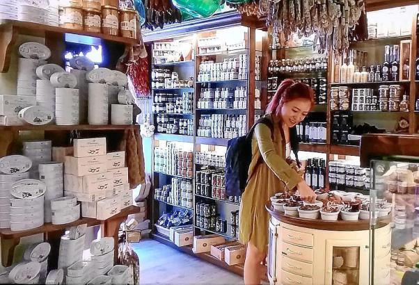 Mallorca-Produkte schmecken auch den Gästen aus Hongkong.