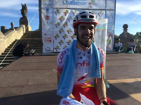Jesús Herrada freut sich nach seiner Zielankunft über den Sieg.