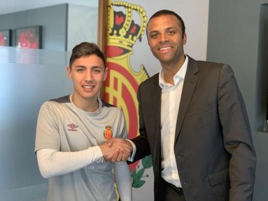 Real-Mallorca-Manager Maheta Molango (r.) begrüßt Leo Suárez als neuen Spieler des Clubs.