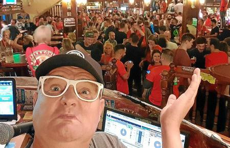 Er behält den Überblick: DJ Düse an seinem Arbeitsplatz im Bierkönig.