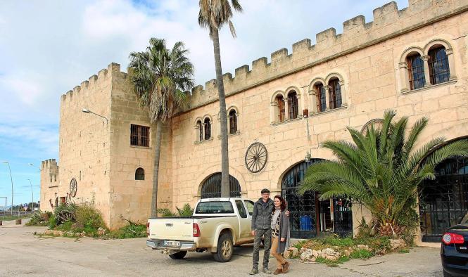 Henri Fink und Elena Belcheva vor dem ehemaligen Alorda-Gebäude auf Mallorca.