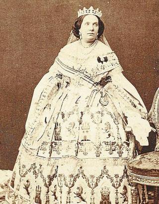 Königin Isabel II. in einem mit Mallorca-Spitze bestickten weißen Kleid um 1860.