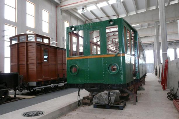 In einer Halle beim Bahnhof von Son Carrió warten bereits jetzt historische Fahrzeuge auf die Eröffnung des Museums im Jahre 202