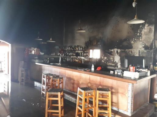 Die Flammen richten im Barbereich des Restaurants Schäden an.