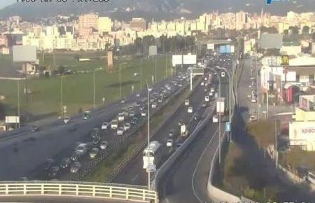 Das Bild der Überwachungskamera an der Autobahnabfahrt El Molinar zeigt, wie es am Donnerstagmorgen auf der Flughafenautobahn au