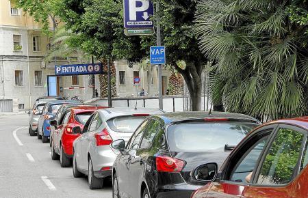 Wer einen Langzeitparkplatz gemietet hat, kann sich die Suche nach einem freien Stellplatz sparen.