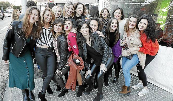 """Eine Gruppe Frauen wartet vor dem """"Kaelum"""" in Palmas Avenida Argentina auf Einlass zum """"Tardeo""""."""