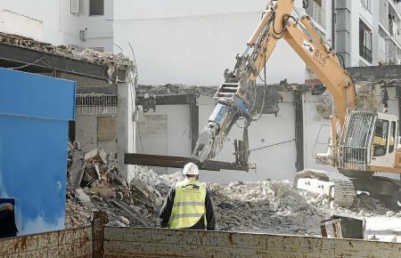 Arbeiten auf der Rückseite des Ex-Firestone-Gebäudes.