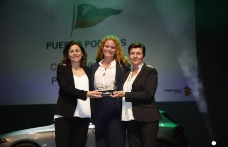 Paula (l.) und Carmen Serra (r.) nahmen den Preis aus den Händen von Puerto-Portals-Chefin Corinna Graf entgegen.