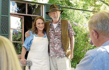 Helmut (Michael Gwisdek) präsentiert der erstaunten Familie stolz seine Frau Carla (Lola Casamayor).