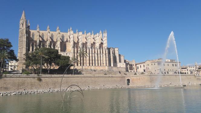 Mehrere hohe Mauern befinden sich nahe der Katrhedrale.