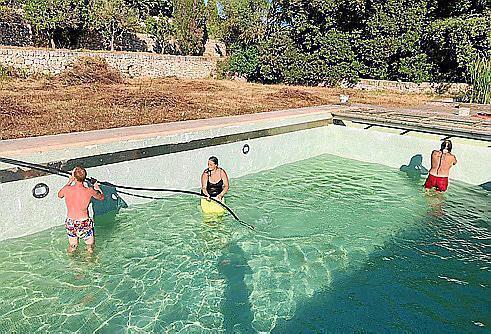 Die Besetzer befüllen den Pool.