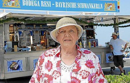 Resi Berghammer (Ruth Drexel) vor ihrer Imbissbude.
