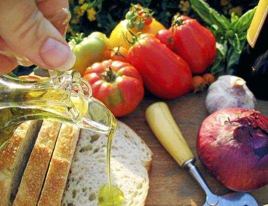 Experten vermuten, dass die mediterrane Ernährungsweise aus gesunden Fetten die Lebenserwartung der Spanier steigert.