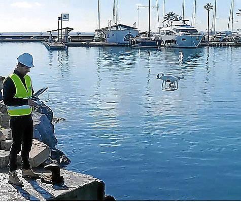 Über den Hafen von Alcúdia fliegen die Drohnen bereits.