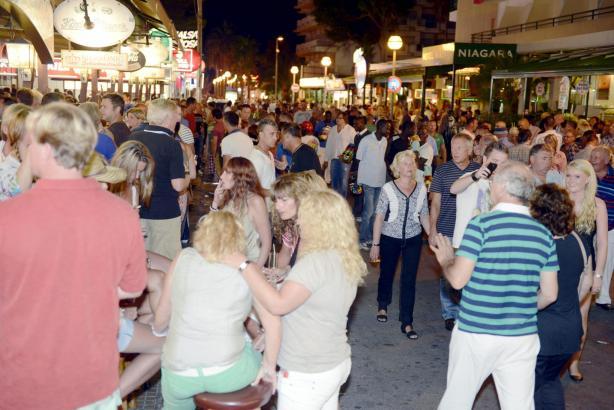 Das Archivfoto zeigt Menschenansammlungen in der Schinkenstraße in Palma.