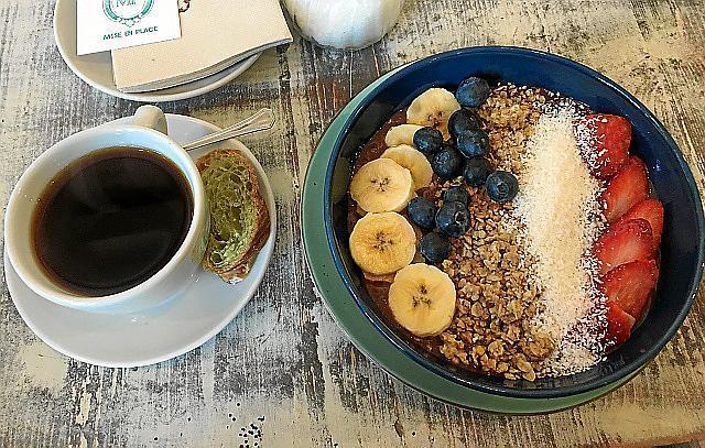 """""""Bowl"""" aus Früchten und Müsli, dazu Café Americano."""