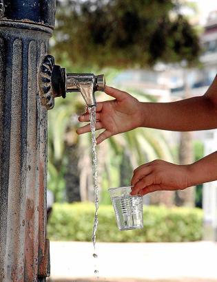 Wer an öffentlichen Brunnen trinkt, muss nichts zahlen.