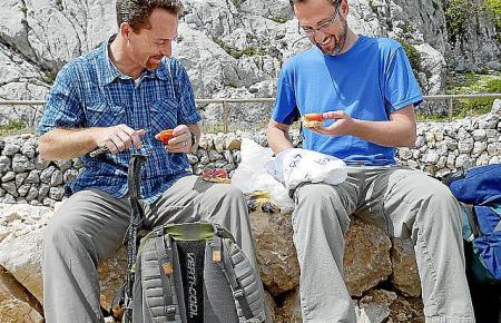 Bradley Mayhew und Miguel machen eine Pause auf ihrer Route durch die Tramuntana.