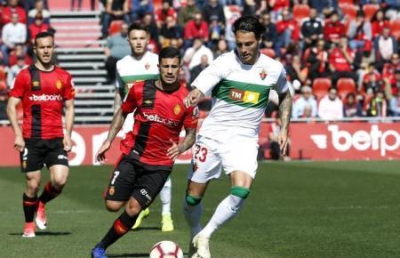 Juan Cruz (Elche) und Real-Mallorca-Spieler Aridai Cabrera im Kampf um den Ball.