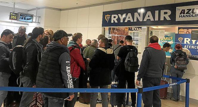 Passagiere lassen ihre Beschwerden bei Ryanair am Flughafen von Madrid registrieren.