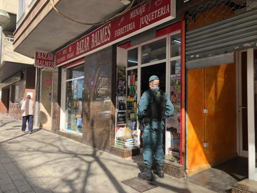Die Polizisten durchsuchen verschiedene chinesische Geschäfte.