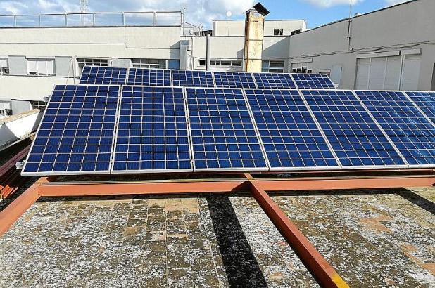 Die Fotovoltaikzellen auf dem Dach der Policía Local in Palma.