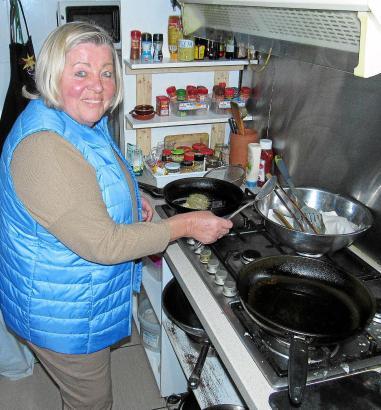 """Im """"Vino y más"""" gibt es Kleinigkeiten wie Würstchen und Frikadellen zu essen. Freitags macht Erna Reibekuchen."""