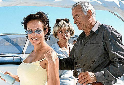 Karl Ravinski (Peter Bongartz) wird auf die Yacht von Vera (Ingrid van Bergen, M.) eingeladen. Auch Cora (Sonja Kirchberger) ist