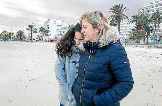 Daniela Büchner (rechts) und Jada verbringen gemeinsam Zeit am Strand. Sie müssen nun lernen, ohne Mann beziehungsweise Stiefvat