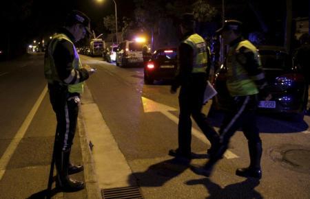 Beamte der Lokalpolizei verhafteten am Sonntagmorgen einen 32-Jährigen, nachdem er eine junge Frau auf einer Straße in Palma beg