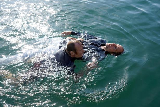 Matula (Claus Theo Gärtner, l.) versucht, das Leben des Yachtbesitzers Ingo Schumann (Jochen Horst) zu retten.