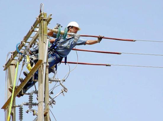 Arbeiter auf einem Strom-Mast.