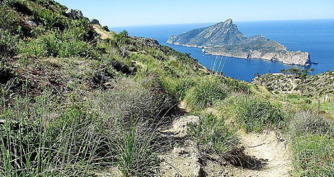 Der Weg zu La Trapa mit Dragonera im Hintergrund.