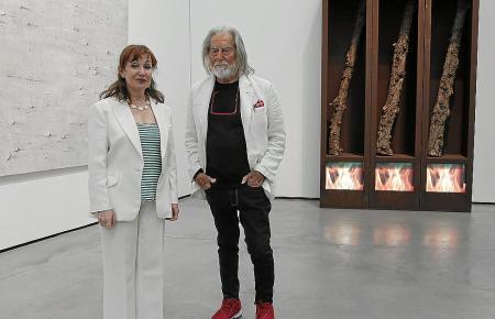 """Der Künstler mit Museumsdirektorin Nekane Aramburu vor seinem Werk """"Foresta del Fuoco"""" (Feuerwald)."""