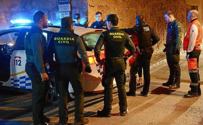 Polizisten am Ort des Geschehens.