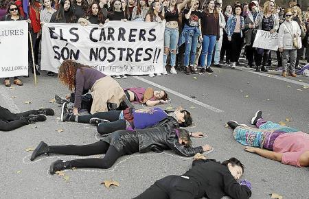Protestierende Frauen in Palma am Frauentag am 8. März.