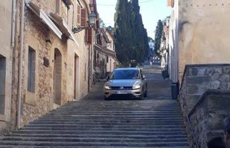 Ein unbekannter Autofahrer nutzte die Treppe in Pollença kurzerhand als Straße.