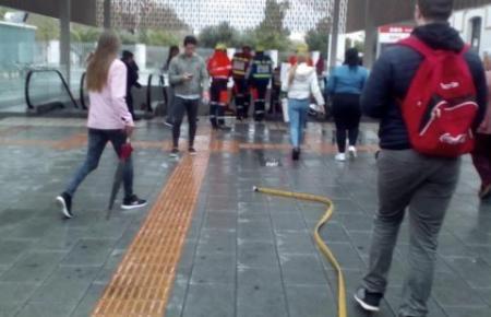 Feuerwehrleute stürmen in den Bahnhof.