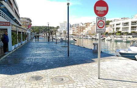 Blick auf das Hafenareal von Porto Cristo.