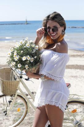 Schon ganz auf Frühling eingestimmt: Raquel Pacheco am Strand von Cala Estància.