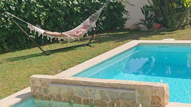 Der Verdächtige in einer Hängematte am Pool auf Mallorca.