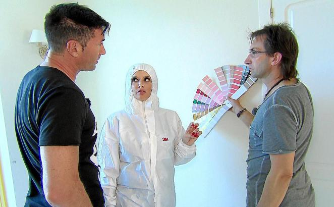Lucas Cordalis (l.) und Daniela Katzenberger denken mit Maler Fabian Noll über die geeignete Wandfarbe nach.