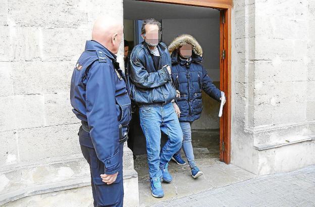 Der Einbrecher (Mitte) wurde dem Haftrichter vorgeführt.