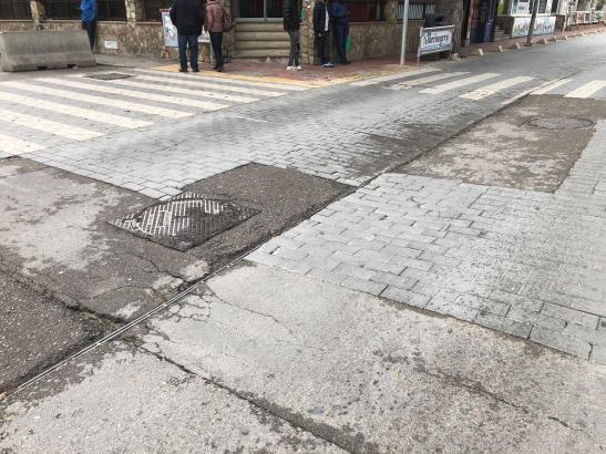 Der Straßenbelag der zweiten Linie befindet sich teilweise in einem erbärmlichen Zustand.